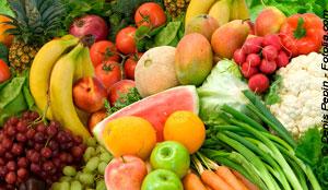 Auf dem Bild ist eine bunte Mischung von Obst und Gemüse zu sehen.